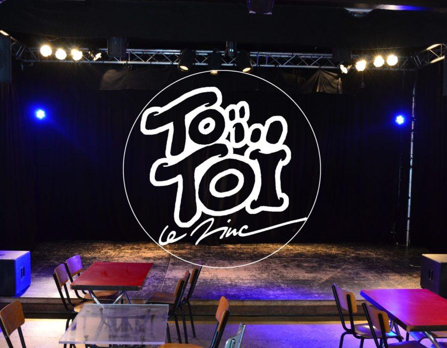 Scène et Logo - Toï Toï Le Zinc